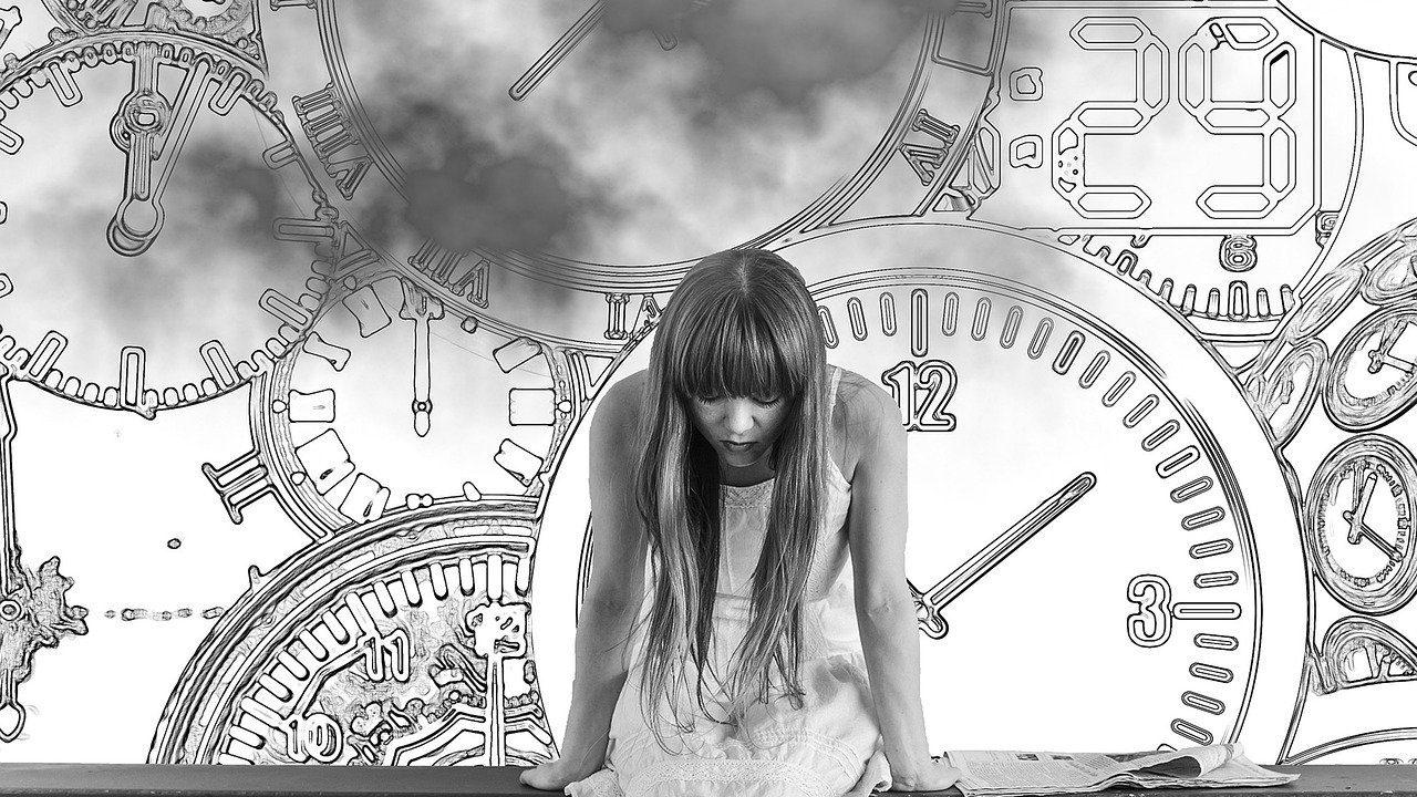 時計と落ち込む女性